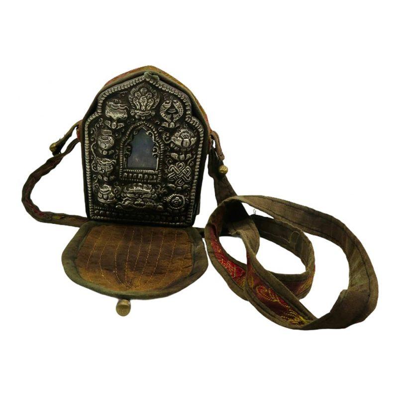 Ghau bouddhiste traditionnel en cuivre et argent forme longue DZ Galerie d'art à Nice avec sa protection