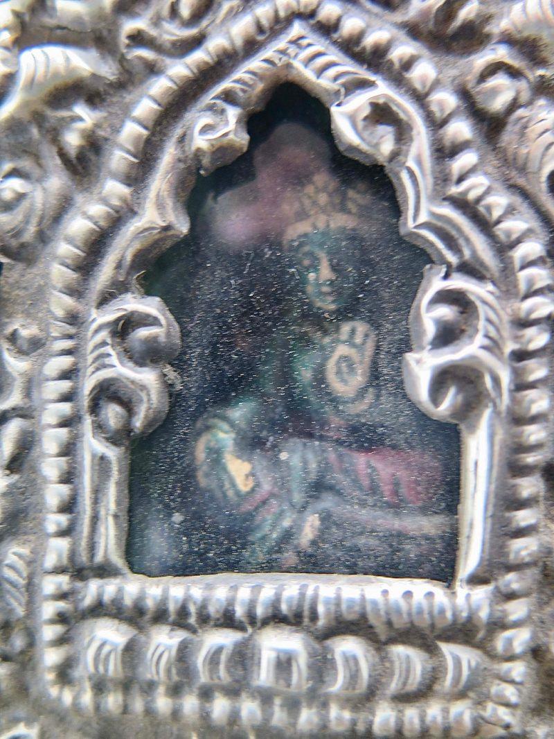 Ghau bouddhiste traditionnel en cuivre et argent forme longue DZ Galerie d'art à Nice focus statuette