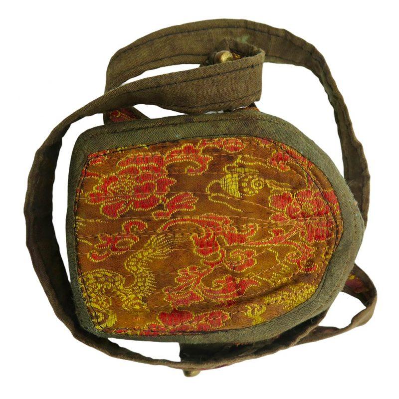 Ghau bouddhiste traditionnel en cuivre et argent forme longue DZ Galerie d'art à Nice focus protection