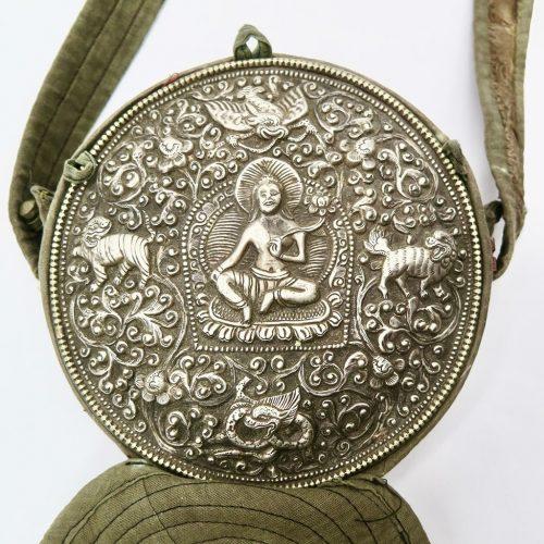 Ghau bouddhiste traditionnel en cuivre et argent forme ronde DZ Galerie d'art à Nice