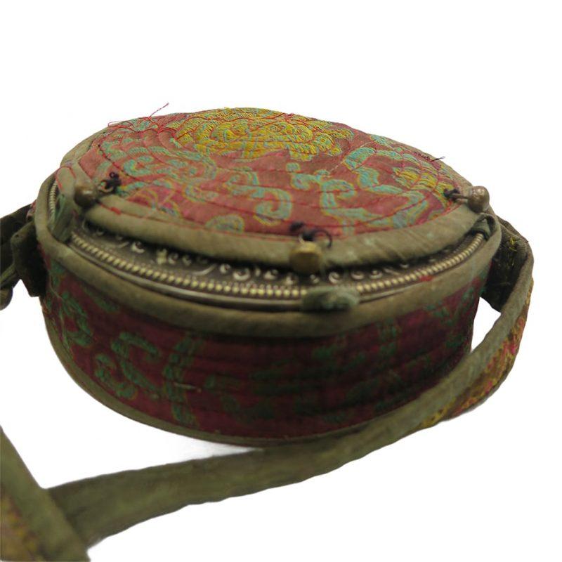 Ghau bouddhiste traditionnel en cuivre et argent forme ronde DZ Galerie d'art à Nice focus protection