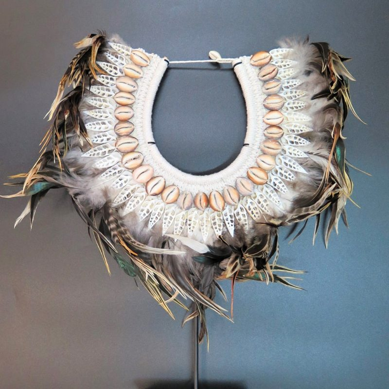 Parure de cérémonie en coquillages et plumes DZ Galerie Nice
